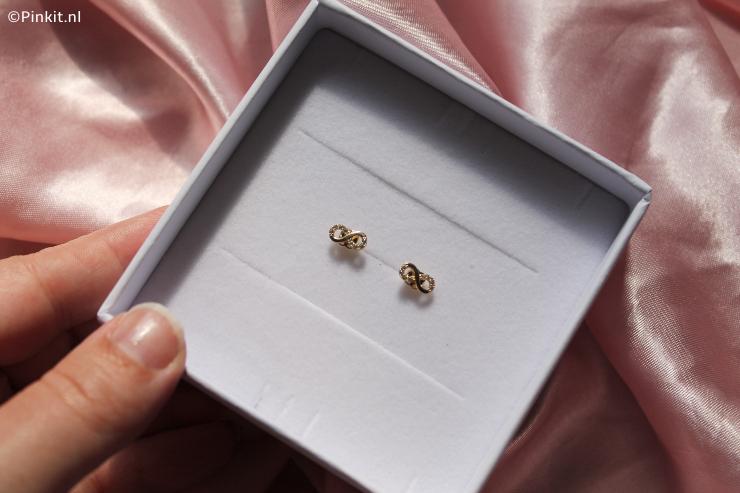 minimalistische oorbellen van het merk Isabel Bernard