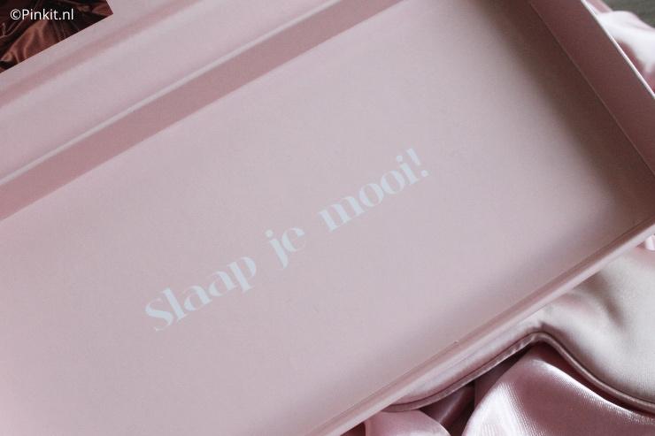 Een paar maanden geleden maakte ik voor het eerst kennis met het merk Beauty Pillow, inmiddels slaap ik bijna elke nacht op een satijnen kussensloop. Maar dit merk heeft ook nog andere items zoals de Luxury Silk Mask en die heb ik natuurlijk ook geprobeerd.