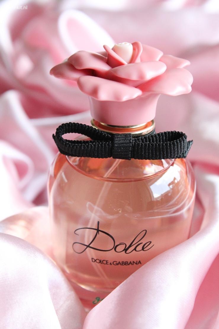 In 2018 is Dolce Garden van Dolce & Gabbana gelanceerd, naar mijn mening de lekkerste flanker van Dolce. Ik heb vorig jaar een flacon gekocht en die was dus binnen 2 á 3 maanden leeg. Zo lekker vind ik deze geur! Dat is gelijk ook een spoiler van dit artikel, maar ik bestelde eindelijk weer een nieuwe flacon en dit keer wilde ik wel over Dolce Garden schrijven.