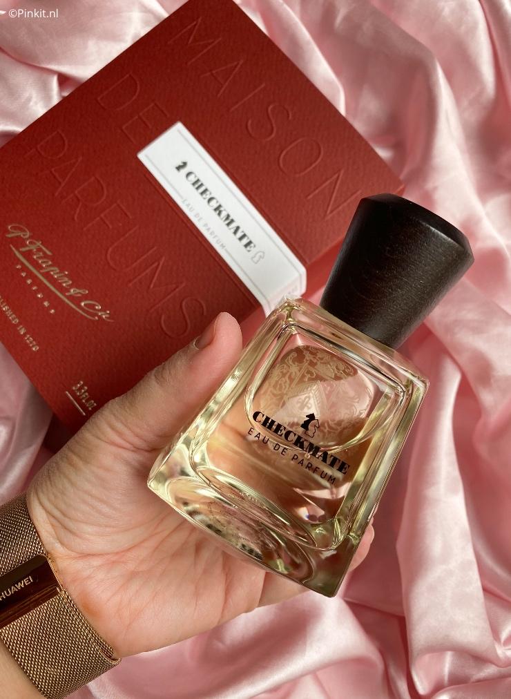 Begin deze maand kwam er een pakket binnen met daarin de nieuwste lancering van Frapin genaamd Checkmate. Dit is mijn eerste parfum van dit luxe, niche merk en ook gelijk de meest bijzondere uit mijn gehele parfum collectie. Dat klinkt gelijk al veel belovend toch?!