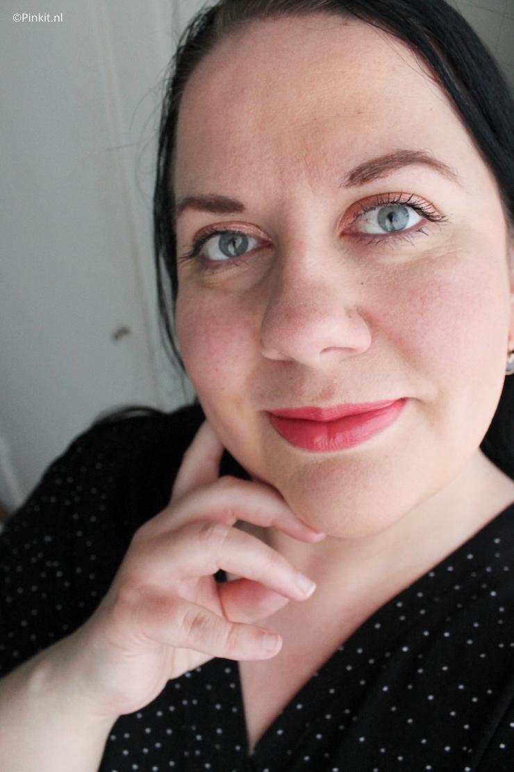 Vorige week heeft Nikkie Plessen haar eigen beautylijn gelanceerd genaamd N-Beauty. Als beautyblogger was ik gelijk nieuwsgierig, maar net zoals vele was ik ook teleurgesteld in o.a. de kleuren (of beter gezegd het gebrek daar aan) foundation. In dit artikel ga ik het product zelf reviewen, maar ik ga het ook hebben over alles eromheen. Dit doe ik bij elk merk en product en dat zal ik ook bij de N-Beauty Natural Luminous foundation op een 100% eerlijke manier doen, dacht zeg dat er toch even bij!