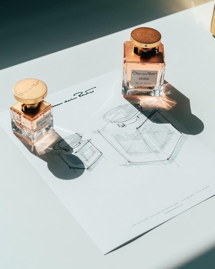 Oscar de la Renta lanceert met gepaste trots alibi Eau de Parfum, de eerste geurcreatie voor het merk van co-creative directors Fernando Garcia en Laura Kim.