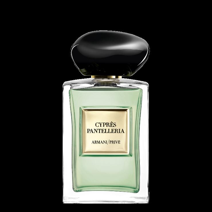 In 2021 is Giorgio Armani voor zijn nieuwste aanvulling in de Les Eaux collectie geïnspireerd geraakt door de rotsachtige kuststrook van het eilandje Pantelleria, dat in een nieuw parfum heeft geresulteerd: CYPRÈS PANTELLERIA, als een eerbetoon aan het indrukkende vulkanische Italiaanse eiland.