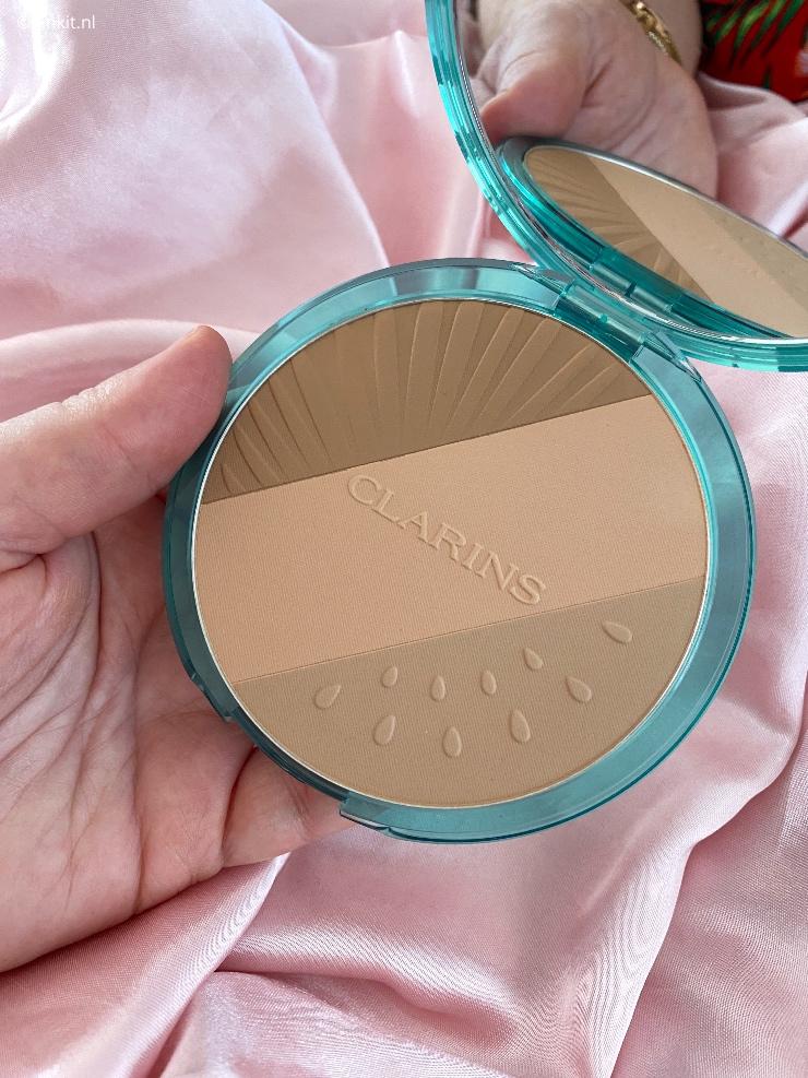 Nog niet zo heel lang geleden heb ik geschreven over de Clarins Fix' Make-up uit de Frozen Summer 2021 Collection. Vandaag nog een artikel over deze zomercollectie, want ik heb de prachtige Bronzing Compact ontvangen en via Instagram had ik meerdere reacties gehad of ik dit product ook wilde reviewen...tuurlijk!