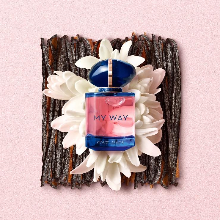 Giorgio Armani My Way Intense start een nieuw sensueel hoofdstuk binnen het My Way universum. Met een versterkt bloemig hart en een intens houtachtige parfumspoor, toont My Way Intense Eau de Parfum een krachtige kant van het unieke, verleidelijke signatuur.