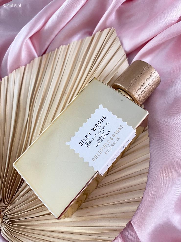 Van een mooie geur en parfum kan ik ontzettend genieten en blij worden, dit gevoel had ik meteen bij de eerste spray van de nieuwste Goldfield & Banks lancering genaamd Silky Woods. Niet alleen de flacon is een plaatje, de geur is uniek, vrouwelijk, mooi...en zo kan ik nog wel even doorgaan!
