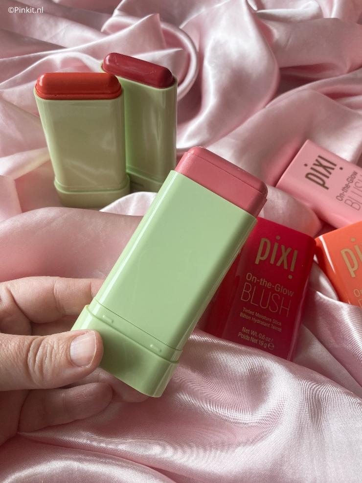 Er is weer een ontzettend tof perspakket binnengekomen van Pixi, met daarin de On-The-Glow Blush in drie verschillende kleuren. Het is een stick blush, perfect voor de zomer! Benieuwd naar de swatches? Kijk dan vooral even verder...