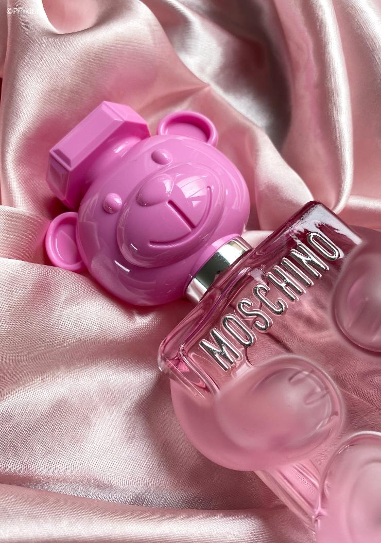 De nieuwste lancering van Moschino had ik al gespot bij diverse buitenlandse Youtubers en gelukkig is Toy 2 Bubble Gum (parfumeur Olivier Pescheux) inmiddels ook in Nederland te koop. Ik was benieuwd naar de geur en deze schattige, roze flacon wilde ik natuurlijk ook graag aan mijn make-up collectie toevoegen.