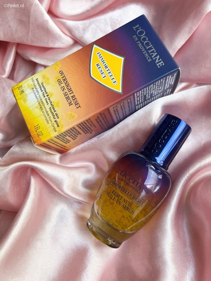 Het bestverkochte serum van L'Occitane is het Immortelle Reset Nacht Olie-in-Serum en deze topper is sinds kort vernieuwd met een nieuwe formule. Dit serum ken ik al jaren, maar heb ik nog nooit eerder getest. Ik kan het dus niet vergelijken met hoe de formule eerst was, maar wel of het nu nog steeds een fijn product is om te gebruiken...
